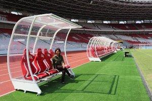 Hari ini lg liat-liat file foto kembali terkesima sama Stadion Utama Gelora Bung Karno ini. Selain karena tempat ini merupakan cagar budaya , revitalisasi yang digarap @kemenpupr ini bikin kita terkesima. Lihat bangku penonton , track lari , dan bangku buat pemain sepakbolanya. Sekarang yang harus dilakukan adalah menjaganya. Masih mau kan nonton bola atau nonton Asian Paragames dengan pemandangan secantik ini? #agkemenpupr #sugbk #gbk #gelorabungkarno #stadiongelorabungkarno #gbksenayan #gbkstadium #clozetteid #sportcomplex #jagagbk
