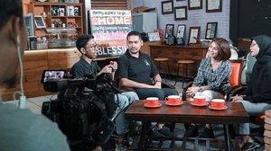 Belajar bahasa isyarat dan mencoba mengaplikasikannya saat memesan kopi di @koptul.id What an experience ! Di wawancara kali ini aku juga belajar bahasa isyarat. #presenter #host #presenterindonesia #filantropi #daaitv #filantropidaaitv #clozetteid