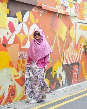 Akhirnya berhasil decluttering baju-baju, hijab, sepatu sampai boneka Naya. Termasuk hijab dan baju di foto ini udah dadah babay, hahaha. Kebiasaan numpuk semacam mendarah daging buat aku tuh, astaghfirullah. Modusnya sayang, siapa tau kepake nanti, siapa tau butuh, dsb dsb, hahaha. 🙈 Ngurang-ngurangin hisab barang yang ngga kepakai deh yak, alhamdulillah lebih lega liatnya. 😂..#clozetteid #OOTD #fujifilm #terfujilah #throwbackajadulu #throwback #HijabOOTD #hijabtraveller #wheninsingapore