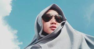 Mencoba hal baru memang butuh keberanian, tekad, dan tentu niat hanya karena Allah. MasyaaAllah. Kadang bikin mules kalo inget, hahaha. 😂🦋 Bismillah dah ya yang pentiiiiing. 💙🤲 ..#clozetteid #starclozetter #clozettedaily #clozettehijab #sunglasses #hijab #sky #selfie #OPPOF7 #teamOPPO