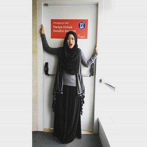 Not an usual #ootd kinda style,hahahaha.. #clozetteid ##hootd #clozettehijab #starclozetter #hijab #hijabfashion #hijabootdindo #hijabstyleindonesia #ootdhijabnusantara #hijabfeature_2015 #monochrome #lisnastyle