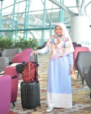 Pakai gamis dari @rjbyroswitha buat #airportlife kemarin, hohoho. Karena sesungguhnya di airport kece, outfit pun harus kece kakaaaak.. 😂😆.#clozetteid #visitsingapore #hotd #starclozetter #hijaboftheday #wiwt #clozettehijab #instahijab #travelinstyle #hijabtraveller #socialmediamom #visitsingapore #hajilane #mural #artstreet #PassionMadePossible #hijabootdindo #diaryhijaber #NikonD5200 #nikonphotography