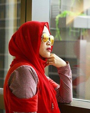 Andai memandangmu tidak hanya menciptakan lara, tapi juga membuat kaya. Aku pasti tak lagi sengsara. .Eaaaa.. 😆😆.#clozetteid #clozettehijab #starclozetter #wheninsingapore #hijabtravellers #hijabootdindo #hijabfeature_2016 #travelblogger #travelling #rwsentosa #throwback #hijabfashion #fashionblogger