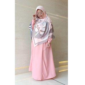 Pose andalanque dengan jilbab manis cakep terbaruque dari @ukhti.label. Dan hijabnya lebaaaar, bahkan sampai nutup bujur kakaaak. �💙 Btw, mulai berdamai dengan warna pastel setelah sebelumnya baju atau kerudung kebanyakan warna-warni dan bold, hahaha. 😂 ..#OOTD #Clozetteid #wiwt #hijab #fashion #syari #workingmom #socialmediamom #whatiwore