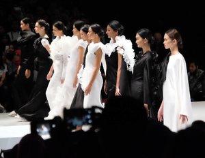 "Let's sing, ""She is fashion..."" Pretty collection by @barliasmara . 😍😍 #ifw2017 #indonesianfashionweek #clozetteid #starclozetter #fashionshow #fashion #wardahyouniverse #runway #fashionpeople #terfujilah #fujifilm_id #fujifilm #xt1 #lisnadwiphoto #lisnamotret"