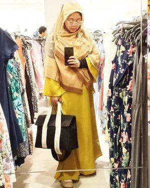 Minggu lalu aku ke H&M, ngga belanja kok, cuma numpang mirror selfie. �..#Clozetteid #marhenj #ootd #hijab #hotd #wiwt #mirrorselfie #workingmom