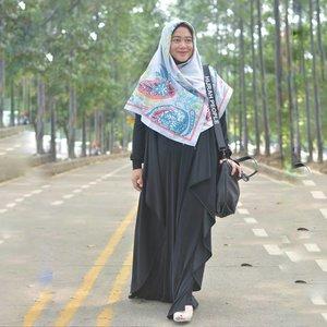 Hijrah selalu butuh proses. Ada baiknya selalu mempunyai pengingat, bahkan hal kecil sekalipun. Bag strap dari @thehijrahstory jadi reminder sederhana tapi mengena. Buat yang dalam proses berhijrah seperti saya, inshaa Allah cocok dengan prinsip #thehijrahstory Syukron ukhti. Thank you. Danke. 😘💕 #clozetteid #clozettehijab #starclozetter #ootd #hotd #wiwt #hijabootdindo #diaryhijaber #workingmom #socialmediamom #fashionpeople #syaridress #blackonblack #hijabstyle #instahijab #hijabfashion #hijablook #hijablookbook #fashionstyle #nikon #nikond5200 #nikonphotography