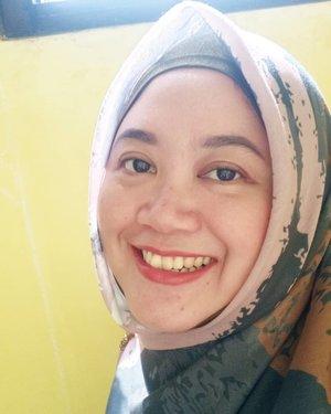 Apa kabar kamu yang masih setia #dirumahaja dan ngga kemana-mana? Setelah 4 bulan di rumah aja beginilah tampak wajah ini, alhamdulillah gitu-gitu aja, hahaha. Setidaknya jerawat hampir ngga ada, bosan kali dia yang dihinggapin ngga kemana-mana, hahaha. 😂  . . #clozetteid #momlife #hotd #HijabOOTD #hijab #selfie #selflove #bareface #nofilter