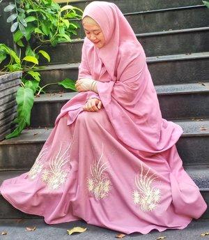Feeling pinky today, wearing pinky the right way. 💗.Jazakillahu khair gamis cantiknya @alvosalvis 😍 Warna-warni pilihannya beneran bikin bingung mau milih yang mana. Busui friendly, modelnya roknya payung super lebar, bahannya adem dan tebal, plus detailnya manis. 🥰 .Sila dilihat dan dibeli yaaa, insyaaAllah terjangkau bingits. 💙..#clozetteid #OOTD #hotd #HijabOOTD #wiwt #clozettehijab #gamissyari #socialmediamom #modestfashion