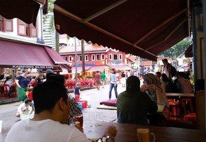 Salah satu sudut di kawasan Kampong Glam. Ngga sengaja saya dan suami menemukan satu warung kopi yang murah meriah. Menunya teh tarik, kopi, teh dan aneka makanan ringan seperti samosa dan kue tradisional ala india or melayu. Pas banget lagi ada semacam festival main air di sana. Seru! #clozetteid #singaporetrip #kampongglam #hajilane #travelling #travelblogger