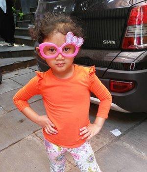 Uget-uget mama ina. 😂 Sebelum pergi main sama Bunda @andiyaniachmad dan kakak #darelladhibrata hey friend-nya si ucul, hahahaha.. 😂😘.#clozetteid #starclozetter #nayandraalishalatief #kidswag #kidsootd #hellokitty
