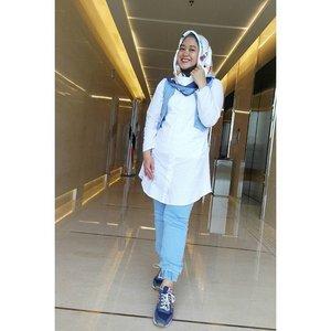 Akhirnya aku #ootd lagiii, hahaha. Mba nurul bahkan udah kangen motoin aku, mihihihi. Scarf yang aku dapat dari @vaselineid dan baru aku pakai. So in love. 💕 #ClozetteID #hotd #clozettehijab #wiwt #hijabootdindo #hijabstyleindonesia #hijabstyle #lifestyleblogger #officelook #casual #whiteshirt #joggerpants #diaryhijaber #socialmediamom #workingmom