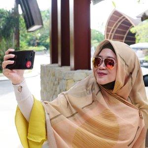 It's just nice to know that somewhere, somehow your expertise and competencies are still acknowledged and needed. MasyaaAllah tabarakallahu. ..Fotonya mon maap jaka sembung makan sosis, ngga nyambung sis. 🤣..#clozetteid #clozettehijab #selfie #sunglasses #rayban #travel #hijabtraveller #HijabOOTD #momlife #socialmediamom #terfujilah #fujifilm #fujifilmxt1 #xt1 #throwbackmulumalih #wheninbali