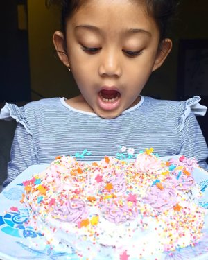 Kehebohan siang ini dipersembahkan oleh menghias kue brownies ala si ucul. 🤣🤣..#clozetteid #cakedecorating #nayandraalishalatief #kidsofinstagram #kidchef #masterchefjunior #juniorchef #baking