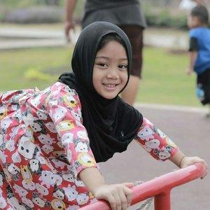 Rezeki hari ini, ternyata pas main di taman sepulang sekolah. Om teman si ucul bawa kamera, dan alhamdulillah dapat beberapa foto Naya yang bagus, hihihi. 😘😘.#clozetteid #starclozetter #nayandraalishalatief #babyhijabers #hijabkids #kidsootd #love #life