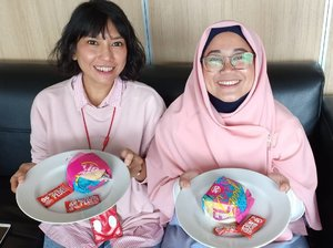 Pink-denim-girls ate double cheese burger. 🍔😆 . . #clozetteid #latepost #bff #friendship #officemates #pink #love