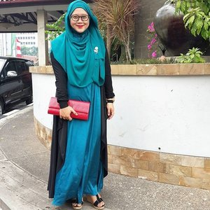 Yesterday's outfit for estafet wedding parties. 😆 Outer from @hanalila_dailyhijab brooch a gift from @moltoindonesia shoes from @goeieworld #goeieworld #goeieme #clozetteid #ootd #party #hijab #festive #hijablook #hijabfashion #hijabers #rayban #hijabstyle #lisnastyle