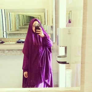 It's needed to reflect somehow, sometimes. So when you move on, you know what fits to a better you. 💜 ..#clozetteid #mirrorselfie #khimar