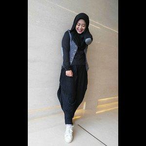 I know my hand pose is awkward here, but I look so slim so I uploaded it, hahahaha. #clozetteid #clozettehijab #ootd #hotd #blackonblack #pleatspants #outer #vest #hijabootdindo #hijabstyle #hijabfashion #wiwt #modestfashion #diaryhijaber