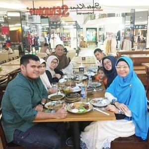 Niatnya mau ke Hanamasa tapi ternyata penuh walau biasanya sepi. 😂 Sate Khas Senayan pun jadi alhamdulillah. Makasih papa mama traktirannyaaa.. Jazakumullah khairan. 😘 .  #clozetteid #starclozetter #ohana #family #love #life