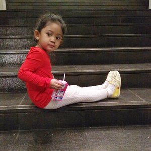 Anak kriwil yang lagi suka sotoy,hahaha. 😂😂 #clozetteid #nayandraalishalatief  #princess #motherhood #wiwt #kidsphotography #instakids #babylove #batik #kidsootd #lenovovibeshot #streetstyle #curlyhair #curlygirl #kidsfashion