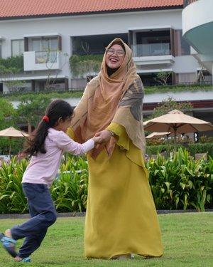 Kapan bisa balik traveling lagi? Kapan-kapaaaaaaan, kita berjumpa lagi. Kapan-kapaaaaaan, kita tamasya lagiiii. *ngarang* 🤣..#clozetteid #throwbackajadulu #throwback #OOTD #momlife #motherdaughter #hotd #socialmediamom #hijabtraveller #travelling #terfujilah #fujifilmxt1 #fujifilm