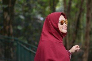 "Obat cakep versi aku: pakai sunglasses, hahaha. 😎🤣 Kalo kamu apa ""obat cakep-nya""?..Ini feed isinya #throwback meleeee.. Plis jangan bosen yhaaaa.. 🤣🤪..#clozetteid #nikonphotography #nikond5200 #sunglasses #HijabOOTD #hotd #dirumahaja #ngubekfotolama #throwbackduluajamalih"