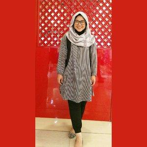 Why oh why kakiku kepotong oh suami, tapi ini yang paling bagus jadi yasudah yaaa, hahaha. Besok masuk kantor lagi dan kemudian weekend lagi. The art of liburan kejepit, hahaha. Just enjoy, lalala yeyeyeye.. #ClozetteID #clozettehijab #starclozetter #ootd #hotd #wiwt #hijabootdindo #diaryhijaber #workingmom #socialmediamom #fashionpeople #blackonblack #hijabstyle #instahijab #hijabfashion #hijablook #hijablookbook #holidaywellspent #stripes