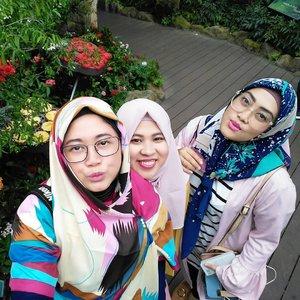My #visitsingapore travelling buddies. Enaknya kalo travelling sama yang satu frekuensi jadi fun selama perjalanan. Mau ketinggalan koper, mau pegel-pegel, mau late check in, girang-girang aja sih. 😆😆.#clozetteid #starclozetter #clozettehijab #socialmediamom #workingmom #pertemanankenyang #travelinstyle #hijabtraveler #friendship #lifestyleblogger #girlfriend #mysquadisbetterthanyours #selfie #wefie
