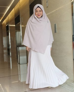 You can decide which life you want to live in. A life that aims for the best akhirah. 💙..#clozetteid #selfreminder #starclozetter #OOTD #wiwt #fashion #hotd #fashion #love #life #hijabootdindo #workingmom #socialmediamom #pastel #teamOPPO #OppoF7 #LisnaSays👍