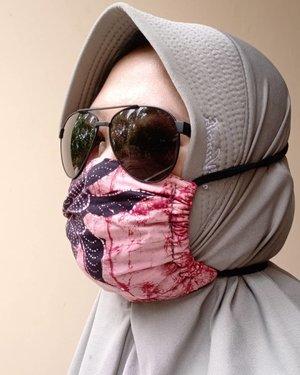 #HijabOOTD ke JNE atau TIKI buat kirim paket. 😎🤪.Thank you mba @ditut buat tutorial masker kainnyaaa...#clozetteid #maskerkain #diy #hotd #dirumahaja #socialdistancing #socialmediamom #sunglasses #hijab