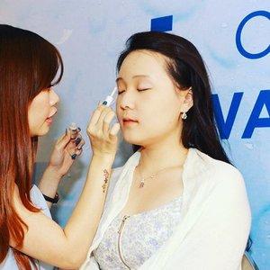 MUA Dessy lin mengaplikasikan makeup dengan @thefaceshopid Oil Control Water Cushion pada model di acara launching kemarin 😍😙💋. #HowCushionYouAre #clozetteID #clozetteambassador #indonesianbeautyblogger #bblogger #bloggerindo #bloggergathering #instalike