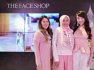 Ketemu sama @dewyang_ dan @theresiajuanita di acara launching THEFACESHOP Yehwadam 😘😍. #TheFaceShopID #YehwadamLaunching #ClozetteXTheFaceshopID #ClozetteID #blog #blogger #beautyblogger #beautyevent #instalike #like4like #bloggers #indonesia #launching #grandlaunching @TheFaceShopID @ClozetteID