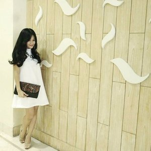 White to impress ~#ootd #ootdindo #whitedress #wall #whitetoimpress #simply #elegant #clutch #look #lookbook #fashion #style #fashionista #fashiondiaries #beritafashion #iwearlbs #lookboutiqestore #necklace #bag #heels #highheelshoes #lookbookIndonesia #clozetteID #clozetteambassador @clozetteID