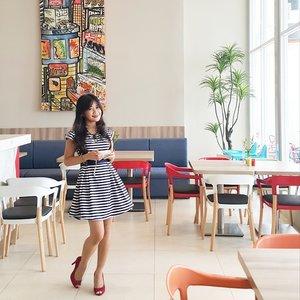 Love the colours <3#ootd #ootdmagazine#stripes #stripesdress #redshoes #chair #restaurant #painting #decoration #interiordesign #Ibis #IbisStyle #accor #hotel #lifestyle #clozetteambassador #clozetteid @clozetteid