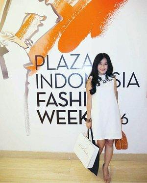For #PIFW2016 #FashionWeek 😊👚👗👠👜 #pifw #plazaIndonesia #ootd #ootdindo #lookbookIndonesia #lookbook #lookboutiquestore #fashion #style #whitedress #sixties #rattanbag #heels #lifestyle #girl #clozetteambassador #clozetteID @clozetteid