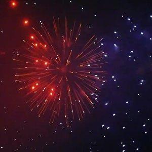 Semoga 2018 benar-benar seindah & sebahagia yang diperankan dalam foto & video di postingan-postingan instagram terdekat anda. Yayy!!🙌I count my blessings in every spark✨, I smile whenever I think of you..in every light.🎆☺ #Goodbye2017 the most random year of my life. Terima kasih atas segala suka dukanya, tempaan dan cintanya.#HappyNewYear2018 Semoga makin banyak senyuman, makin banyak kebahagian, makin banyak keberuntungan, makin banyak cinta (eh I mean..bukan begituuu🙈), dan makin banyak bersyukur..anytime.#happynewyear #fireworks #kembangapi #Jakarta #Indonesia #sparks #blessings #clozetteid