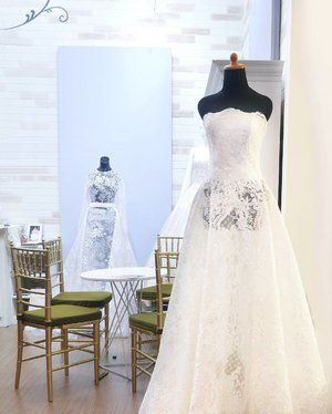 A wedding dress must reflect the personality and the style of the bride. Don't pay too much attention to the trend. Stay true to you.😉 #weddingdress #style #bride #personality #booth #decoration #dress #whitedress #lace #wall #fashion #lifestyle #iiwf2017 #weddingfestival #art #clozetteid #clozetteambassador