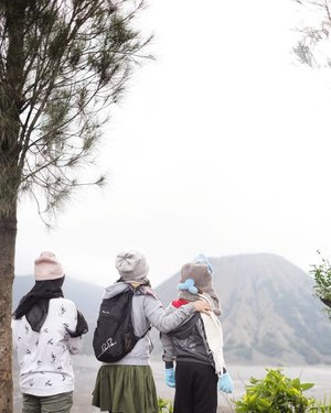 FAMILY💙 Pada siapa kurelakan wajahku tidak terlihat di ratusan frame foto. Karena jadi tukang fotonya 🤣 Yang penting mereka bahagia~ . Sebagai yang sangat jarang ada kumpul keluarga, 2018 tahun yang banyak trip bersama mereka 💙 semoga 2019 juga ☺� . #family #bromo #mountain #gunung #keluarga #bahagia #liburan #nataltahunbaru #happy #travel #traveling #traveler #pesonaIndonesia #wonderfulIndonesia #clozetteid #photography #fujifilm #fujinon #xf35mmf14