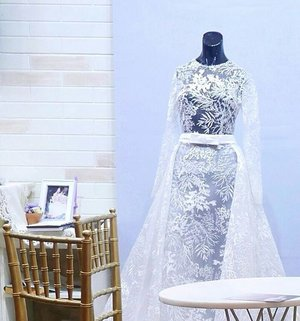 Actually I take a pic of the wedding dress in front of the booth, but I end up cropping on this decoration view with a dress behind the first one. 😛😆 It's like finding your love 😉 #weddingdress #booth #decoration #interordesign #designinterior #dress #whitedress #lace #wall #fashion #lifestyle #iiwf2017 #weddingfestival #art #clozetteid #clozetteambassador