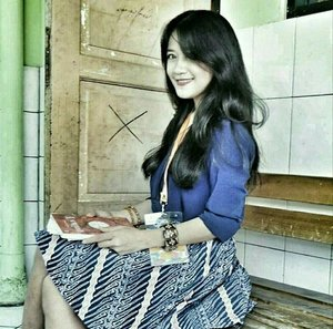 Me as a teacher 😁😁 #teacher #ootd #ootdindo #batik #Indonesia #batikgarutan #skirt #batikskirt #blue #shirt #woman #bracelet #KelasInspirasi #KI5 #fashion #lifestyle #clozetteambassador #clozetteID @clozetteid