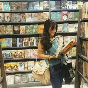 Have you read a book, today? 📚💕💕 One of my favorite place, book store!  #books #shopping #bookstore #bookshelves #read #reading #ootd #ootdmagazine #ootdindo #fashion #fashionista #fashiondiaries #stripes #jeans #bag #Gramedia #gramedianewexperience #centralpark #lookbookIndonesia #beritafashion #clozetteambassador #clozetteID @clozetteid