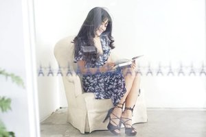 What the sexy part in this picture? Is that I can read you~😉 📸by kak @jerdoet 👍 #sexy #read #you #girl #reading #heels #stilletto #highheels #flowerdress #ootd #sotd #photooftheday #pictureoftheday #photography #phptograph #clozetteid #clozetteambassador