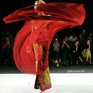 I'm.. feminine outside, androginy inside.I'm surrounded by my zest, great enthusiasm, energy, my intelligent, my passion~Gambang Semarang by Anne Avantie 😍 #JFW2016 #AnneAvantie #jakartafashionweek2016 #fashionweek #fashiondesigner #fashion #fashiondiaries #red #kebaya #kain #batik #jawa #java #Indonesia #traditional #clothes #lifestyle #ethnic #runway #catwalk #clozetteID #clozetteambassador @clozetteid