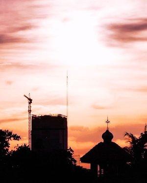 Di antara terang dan gelap, aku menemukan Tuhan. 😊 #JakartatodaySetinggi-tingginya manusia mencakar langit, akan selalu ada Yang Maha Kuasa di antaranya.Gelap di antara terang, terang di antara gelap.Tergantung sudut pandang. Tergantung persepsi.#Sunset #Jakarta #siluet #silhoute #tuhan #twilight #skyporn #masjid #mosque #pencakarlangit #skycrapper #skycrappers #God #life #photooftheday #pictureoftheday #clozetteid