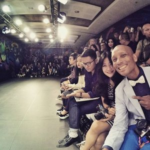 Watching runway with fashionable friends💃 From PI Men's Fashion Week 2015 And that the photographer corner 📷 O ya, look at the graffiti on the wall. So...masculine💪 #fashion #FashionWeek #MenFashion #frontrow #plazaIndonesia #fashionable #fashionista #ootd #stripes #dress #camera #bowtie #blazer #polkadot #graffitiart #graffiti #Clozetteambassador #ClozetteID @clozetteid