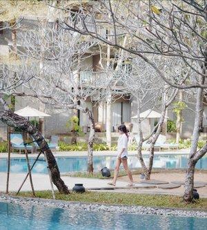 Kita sama-sama sedang jalan. Tapi tidak sedang jalan bareng. . One of my new fave hotel. Love the ambiance🖤 . #hotel #resort #bali #nusadua #garden #swimmingpool #clozetteid #whiteshirt #shortjeans #vacation #holiday #photooftheday #pictureoftheday