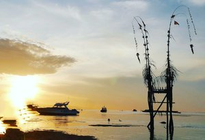 The perfect sunrise is sunrise in Bali and you 😚 The sunrise who brighten up my day💕 Good morning, you 😊 #sunrise #Bali #island #Sanur #Sanurbeach #Baliisland #naturelovers #penjor #sky #skyporn #morning #sea #beach #boat #silhouette #photogtaphy #photooftheday #clozetteid #travel #traveller #traveler #traveling #travelling #WonderfulIndonesia #pesonaIndonesia