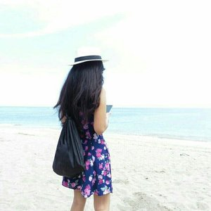 Keep calm and go to the beach~ Walk on the white sand, put the problem behind~  #ootd #ootdindo #ootdmagazine #floraldress #fashion #lookbookIndonesia #hat #whitesand #blue #beach #senggigi #Senggigibeach #Lombok #lombokituindah #holiday #trip #traveling #traveler #clozetteambassador #clozetteid @clozetteid