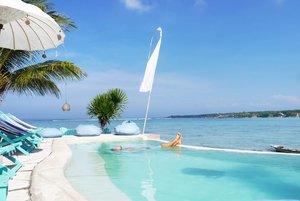 Relax~ It's weekend🏖 #turquoise #blue #colour #relax #Bali #NusaCeningan #island #naturelovers #pool #swimmingpool #sea #beach #wonderfulIndonesia #PesonaIndonesia #lifestyle #boat #travel #traveling #traveler #vacation #holiday #clozetteid